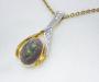 Anheng i gult og hvitt gull med opal og diamanter