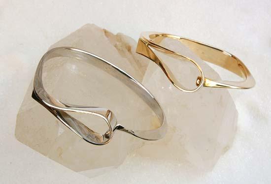 """Armring i gult eller hvitt gull, modell """"Loops""""."""