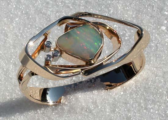 """Armbånd smidd i gult gull med """"Solid opal"""" og diamanter."""