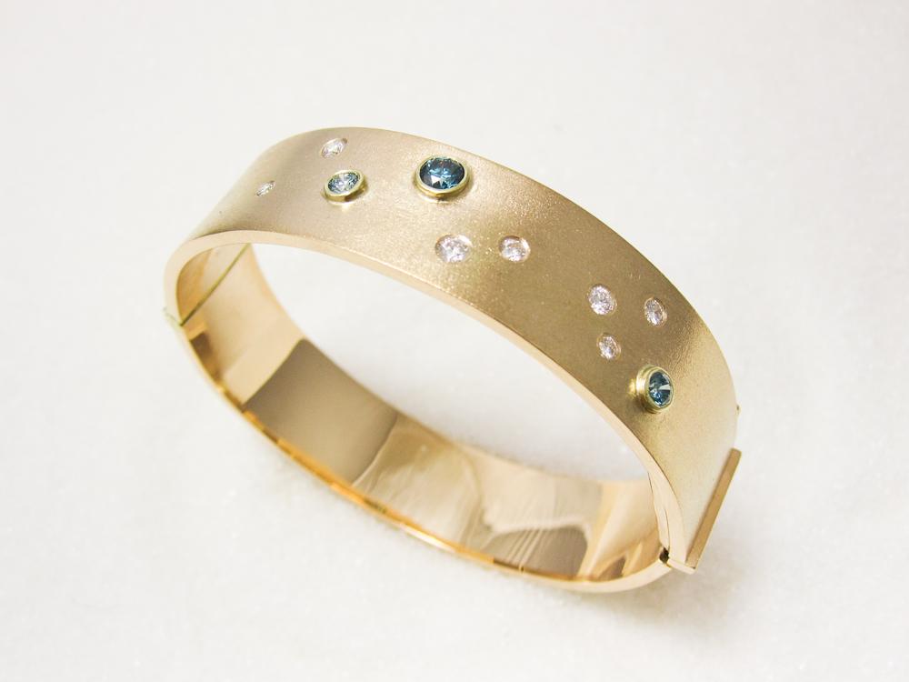 Armring i gult gull med diamanter og blå diamanter