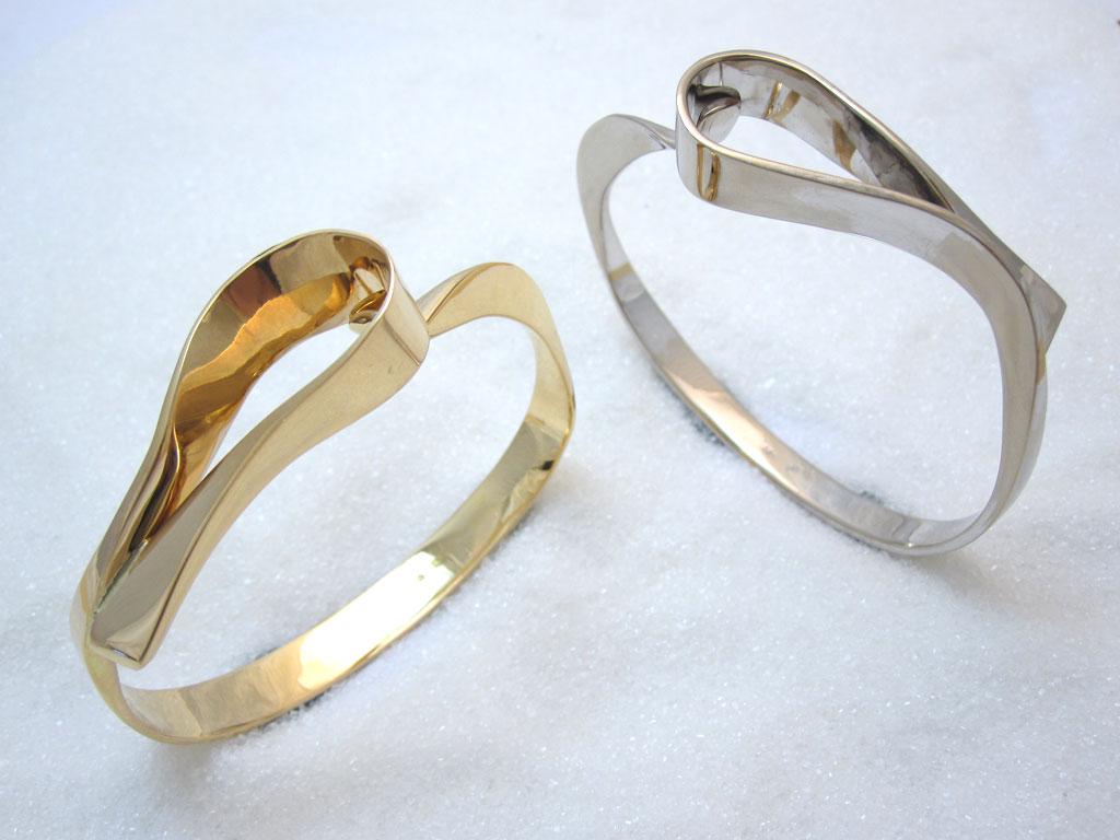 """Armbånd i gult gull, modell. 'Loops""""."""
