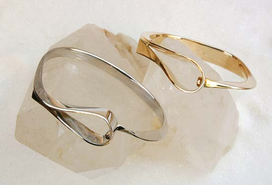"""Arm ring in yellow or white gold, model: """"Loops""""."""
