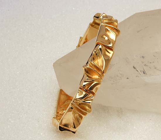 "Bracelet in yellow gold, model: ""Undular""."