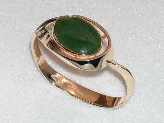 Forged bracelet in yellow gold with nephrite jade cabochon.