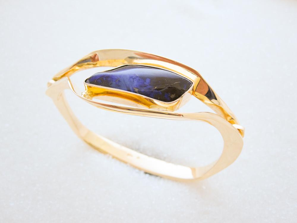 Armring smidd i gult gull med Boulder opal