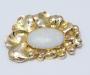 """Brosje """"Flyka"""" i gult gull med """"solid opal""""."""