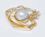 Brosje og lås i gult gull med sydhavsperle og diamant.