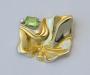 """Brosje og anheng """"Undular"""" i gult gull med norsk peridot og diamant."""