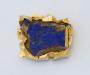 """Brosje og anheng """"On the rocks"""" i gult gull med azuritt krystall fra New Mexico."""