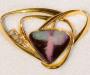 """Brosje/lås """"Jinini"""" i gult gull med """"Yowah nut"""" opal og diamanter."""