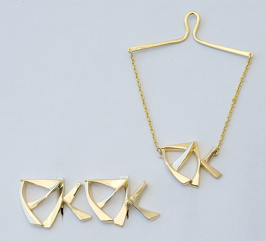 Tie clasp and cufflinks in yellow gold