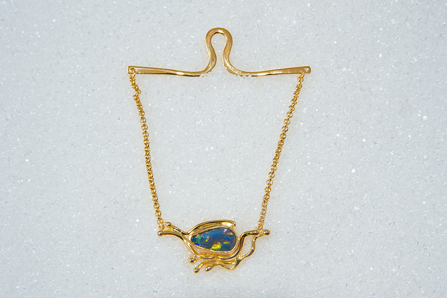 Tie chain in yellow gold with semi black opal.
