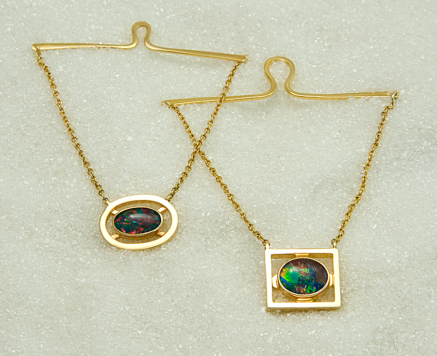Tie chains in yellow gold with opal triplet.