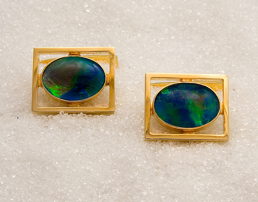 Cufflinks in yellow gold with opal