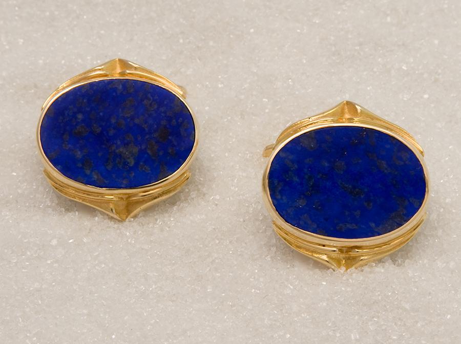 Cufflinks in yellow gold with lapis lazuli.