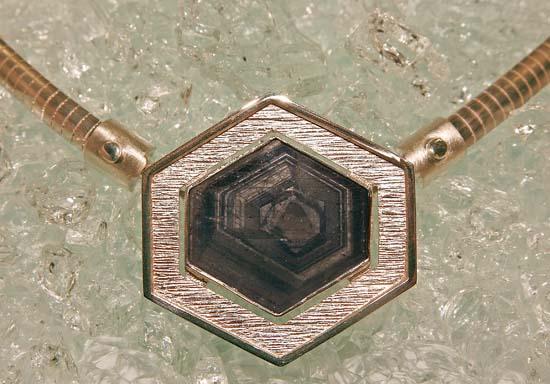 Anheng / lås i 925 S med skive av safirkrystall. Halskjede i sølv kan tas av.