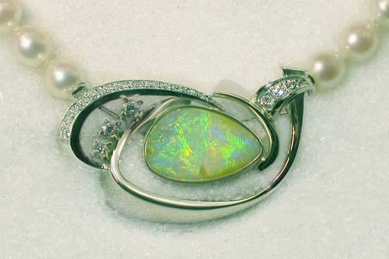 """Brosje / lås i hvitt gull med """"Solid"""" opal og diamanter."""