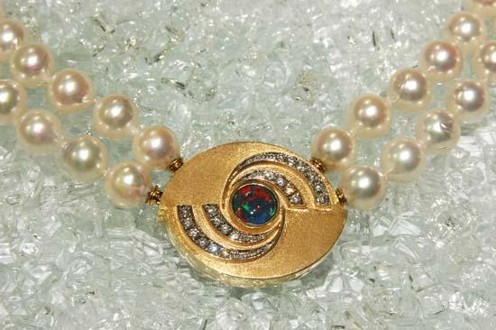Lås i gult gull med opal triplet og diamanter.