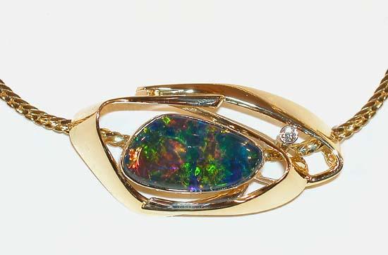 Lås/ anheng i gult gull med triplet opal i fri form og diamanter.