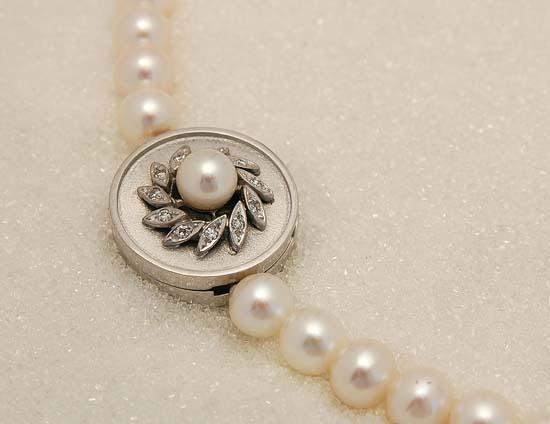 Perlelås i hvitt gull med diamanter.