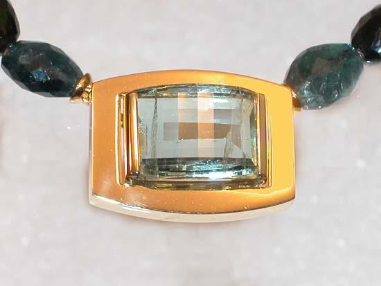 Anheng / lås i gult gull med fasettert beryl. Kjede av turmalin.