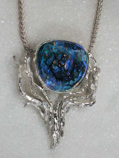"""Anheng i 925S sølv med 'yowah' boulder opal - """"The first birth""""."""