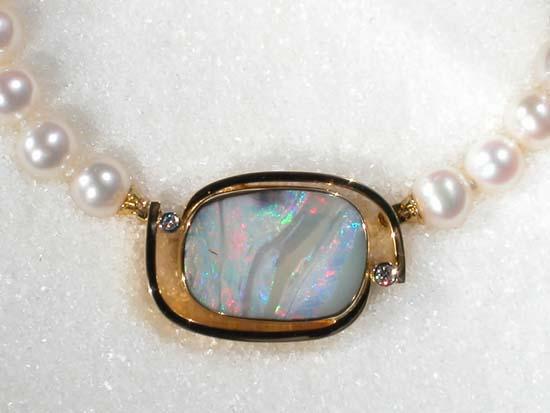 """Anheng/perlelås i gult gull med """"Boulder"""" opal og diamanter, collier av kulturperler."""