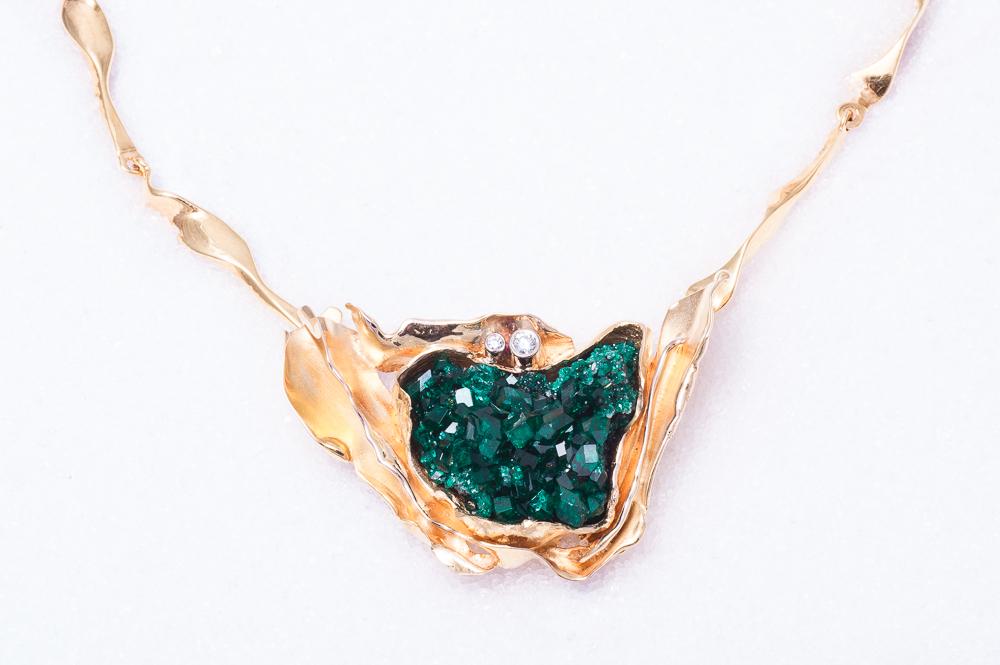 Anheng og lås i gult gull med Dioptaskrystall og diamanter