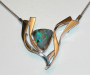 """Anheng / lås i hvitt gull med """"Solid"""" opal og diamant."""