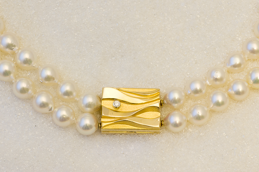 Lås i gult gull med diamant.