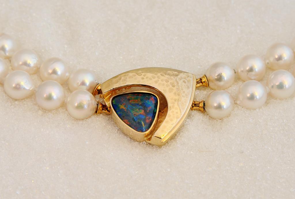Lås i gult gull med opal.