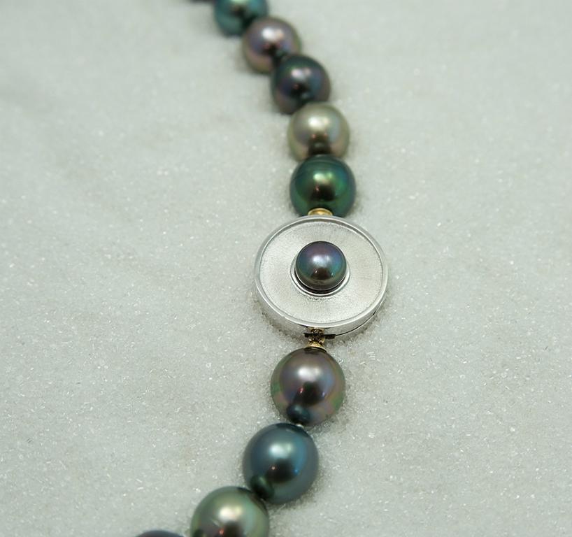 """Lås """"Cylops"""" i hvitt gull med ferskvanns perle og Tahiti perle kjede."""