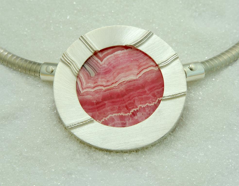 Anheng / lås i sølv 925S med en rodokrosittskive. Halskjede i sølv.