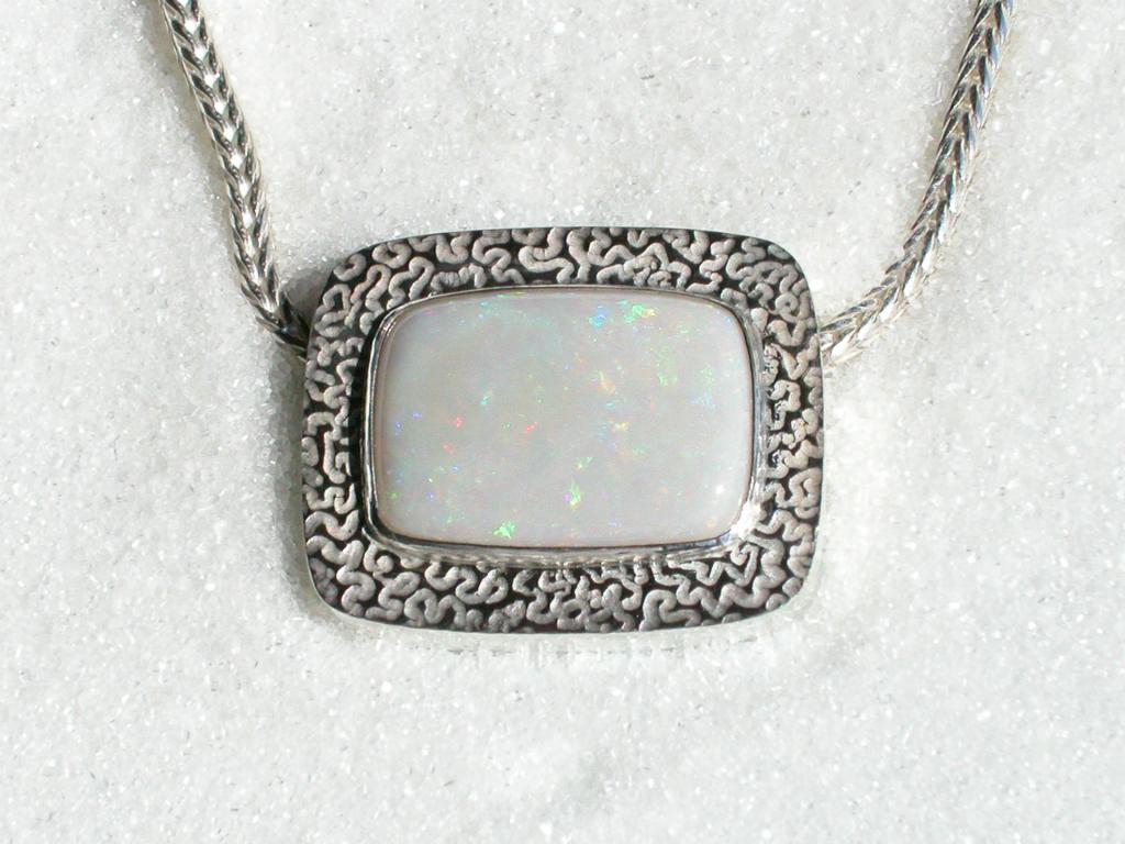 """Anheng i 925S sølv med """"Solid melk"""" opal."""