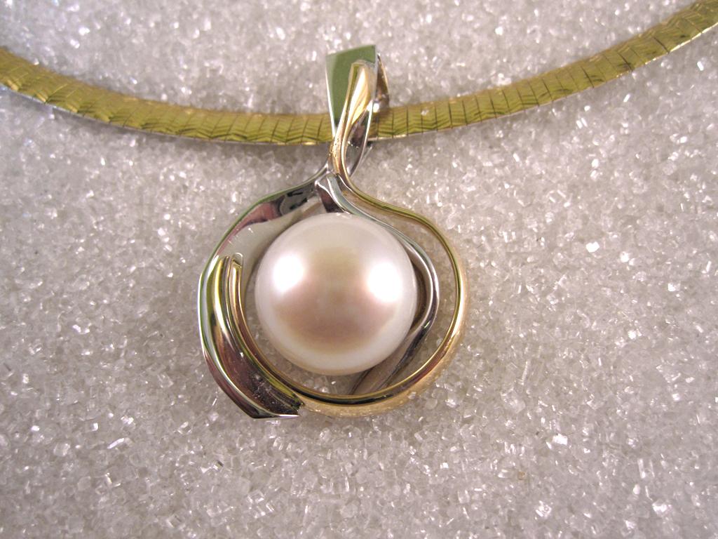 Anheng smidd i gult og hvitt gull med ferskvanns perle