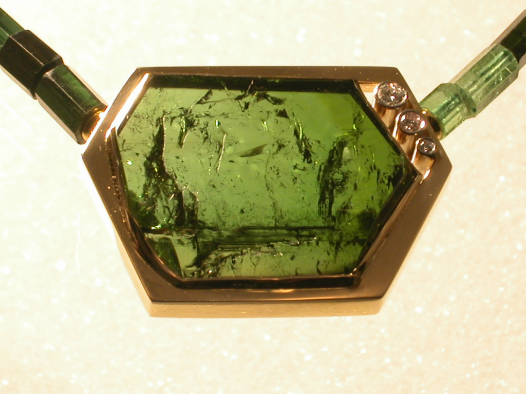 Anheng / lås i gult gull med turmalin Kjede av turmalin krystaller.