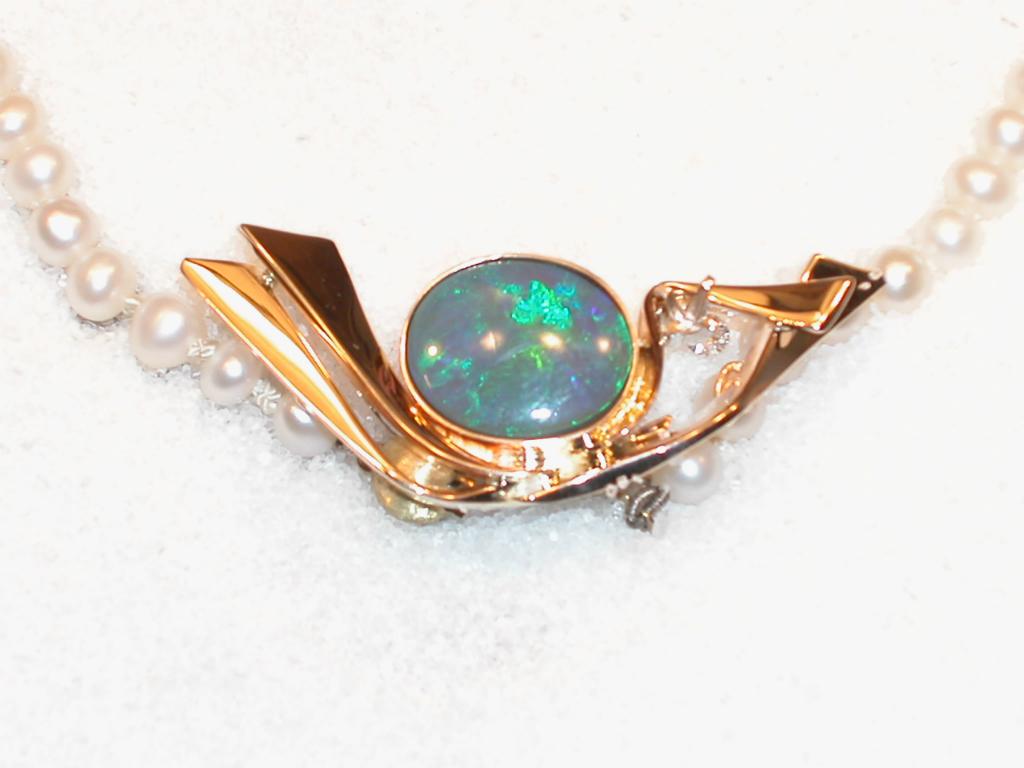 """Smidd anheng / lås i hvitt gull med """"Boulder"""" opal."""