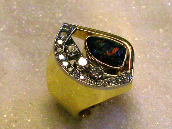 Ring i gult og hvitt gull med triplet opal i fri form og diamanter.