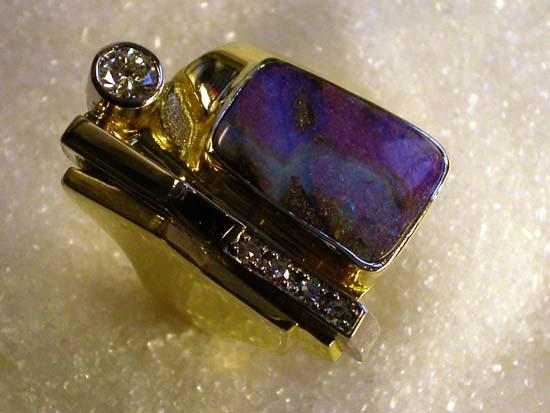 """Ring i gult og hvitt gull med """"Boulder"""" opal og diamanter."""