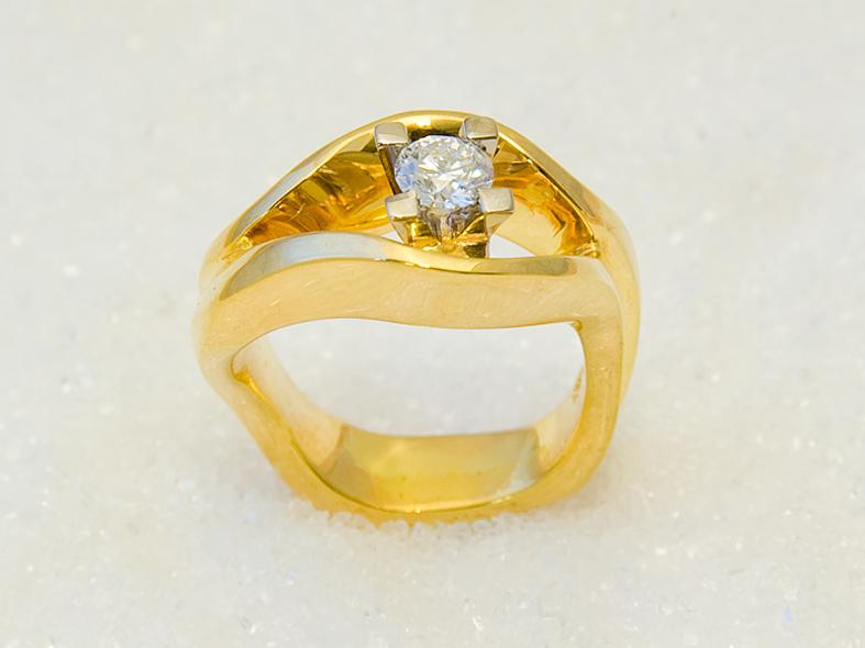 Ring i gult gull med diamant.