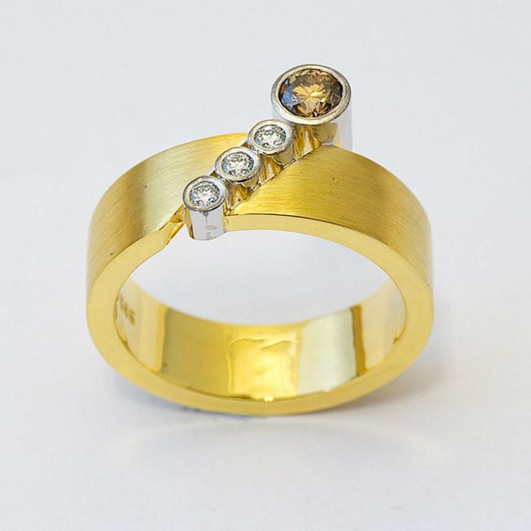 Ring i gult gull med fire diamanter.