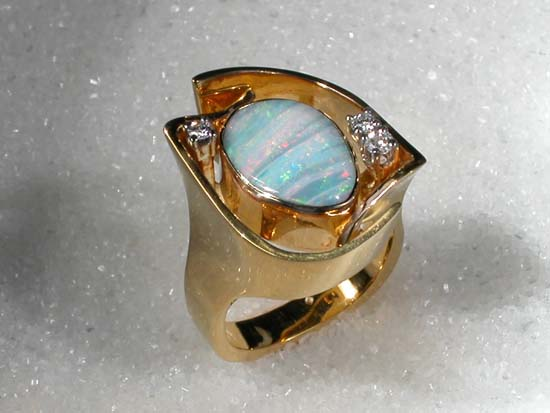 """Ring i gult gull med """"Boulder"""" opal og diamanter."""