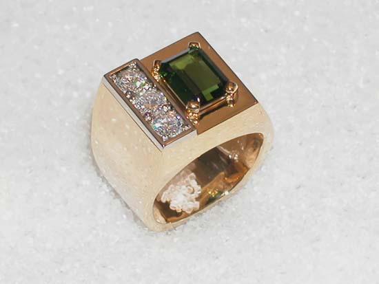 Ring i gult og hvitt gull med grønn turmalin og 3 diamanter.