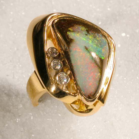 """Ring i gult gull med """"Boulder opal"""" og 3 diamanter."""