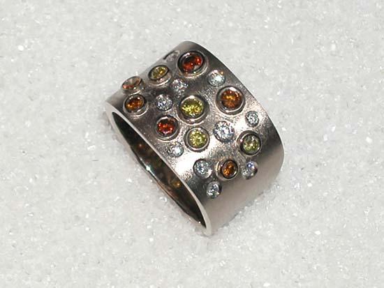 Ring i hvitt gull med 10 fargede og 10 ufargede diamanter.