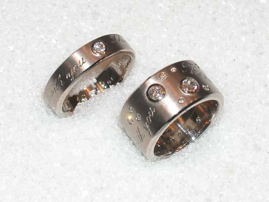 Gifteringer i hvitt gull med diamanter og synlige inskripsjoner.