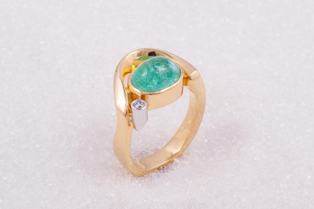 Ring i gult gull med paraiba turmalin cabochon og diamant