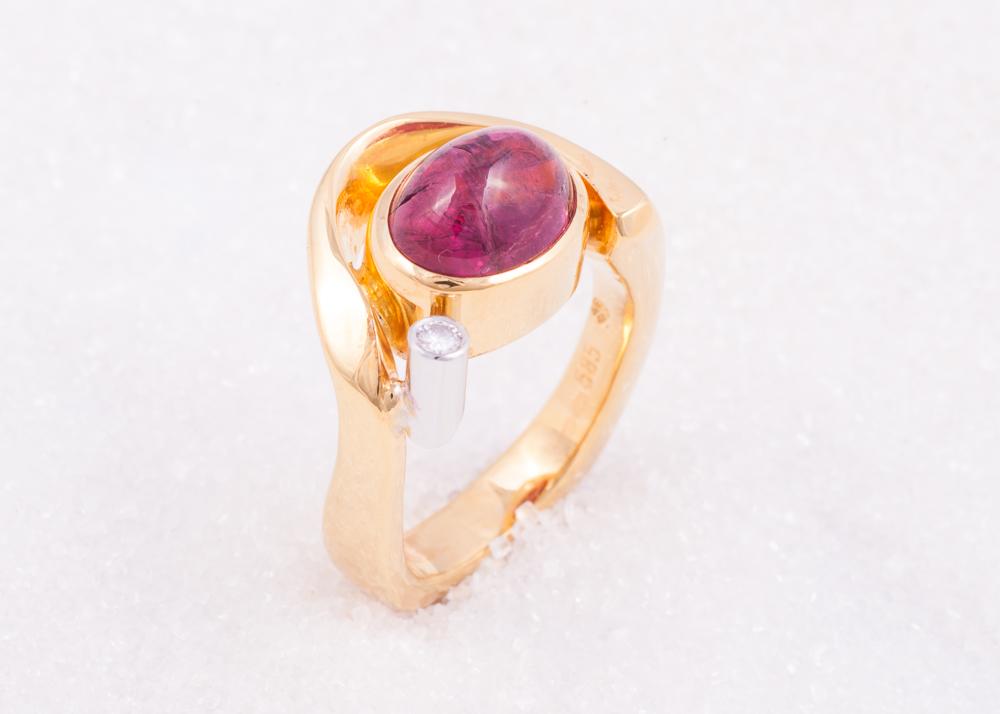 Ring i gult gull med rose turmalin cabochon og diamant