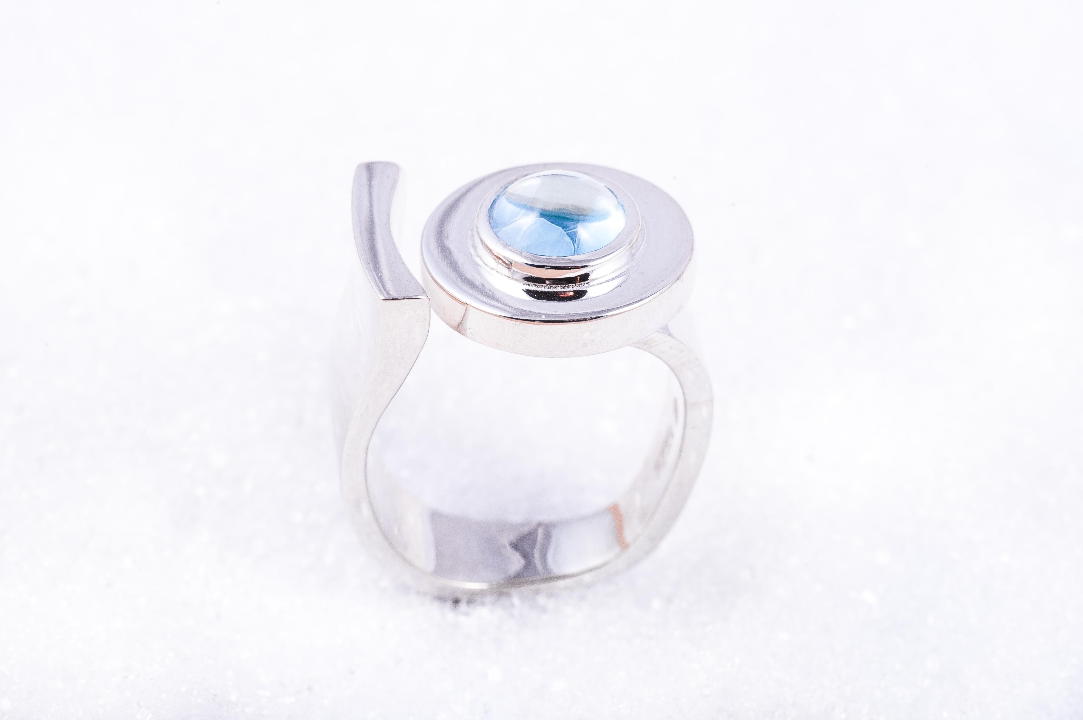 Ring i sølv med en lyseblå topas