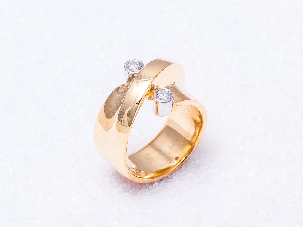 `Vridd` i gult gull med 2 diamanter